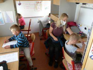 Lehrerin Cordula Witte unterrichtet die vier Trumpf-Kinder in einem umgebauten Wohnmobil.